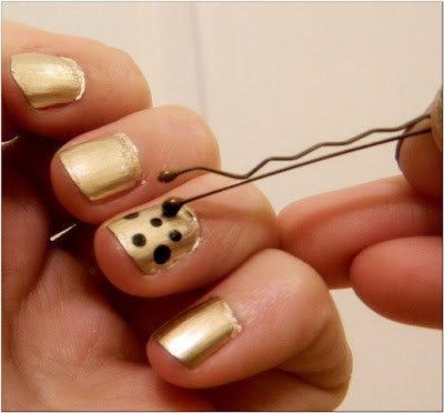 Nagellackmuster mit schwarzen Flecken